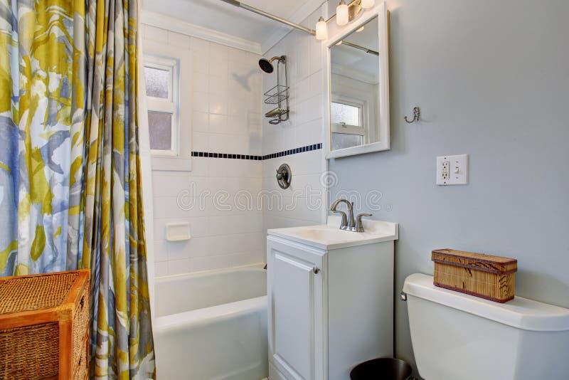 Petite salle de bains avec les murs bleus et rideau en for Cuisine 4m2 ouverte