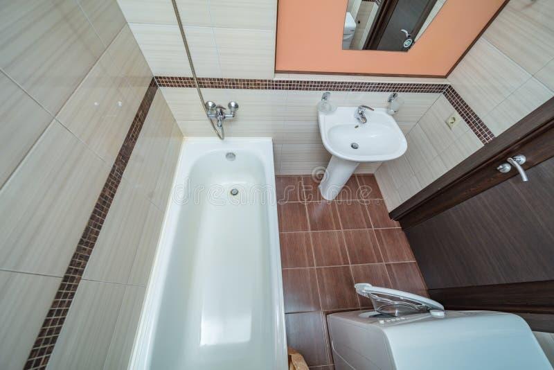 Petite salle de bains beige images stock