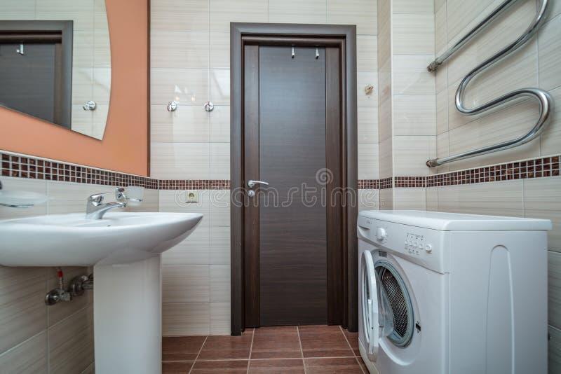 Petite salle de bains beige images libres de droits