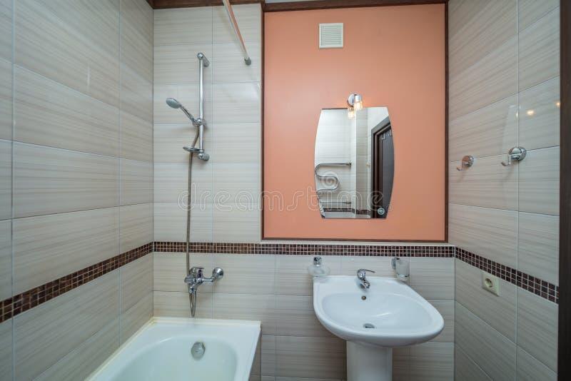 Petite salle de bains beige photo stock