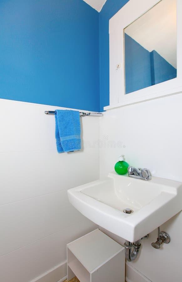 Petite salle de bains blanche et bleue. photographie stock libre de droits