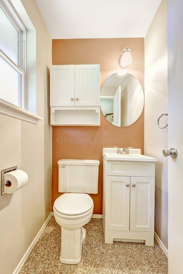 Petite salle de bains blanche et orange image stock image 44651547 for Petite salle de bain blanche