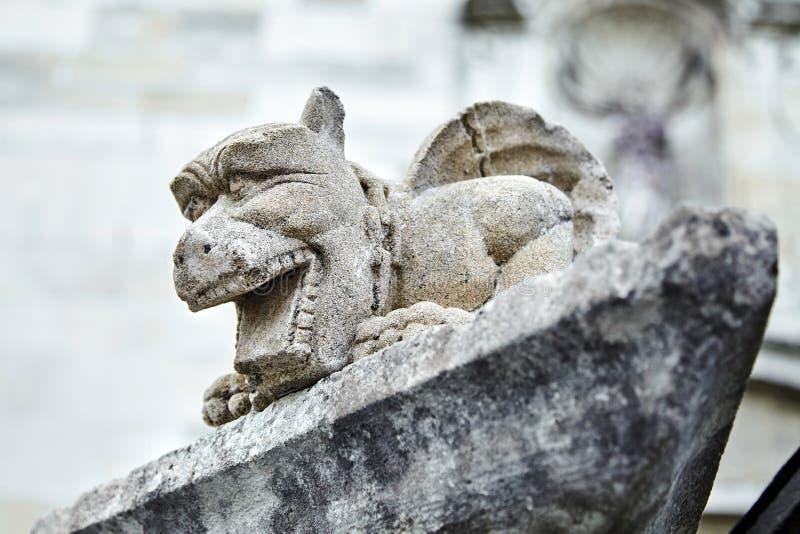 Petite sculpture en pierre Gargouille, dragon ou batte de chimère image libre de droits