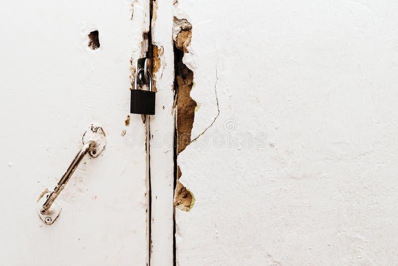 Petite serrure fermée sur une vieille porte photo stock