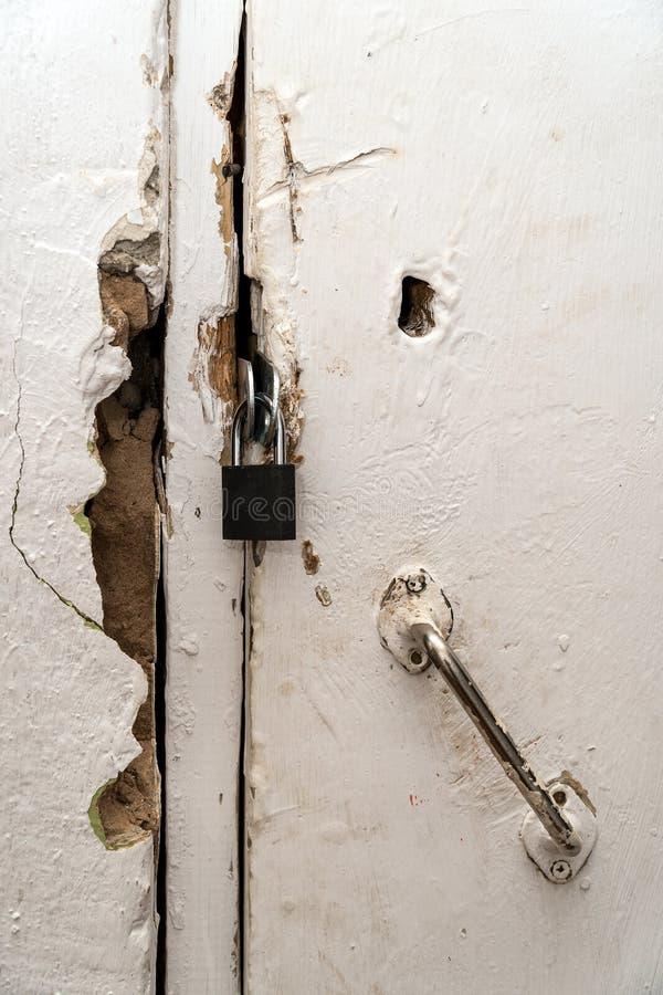 Petite serrure fermée sur une vieille porte image libre de droits