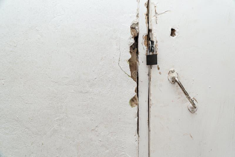 Petite serrure fermée sur une vieille porte photos libres de droits