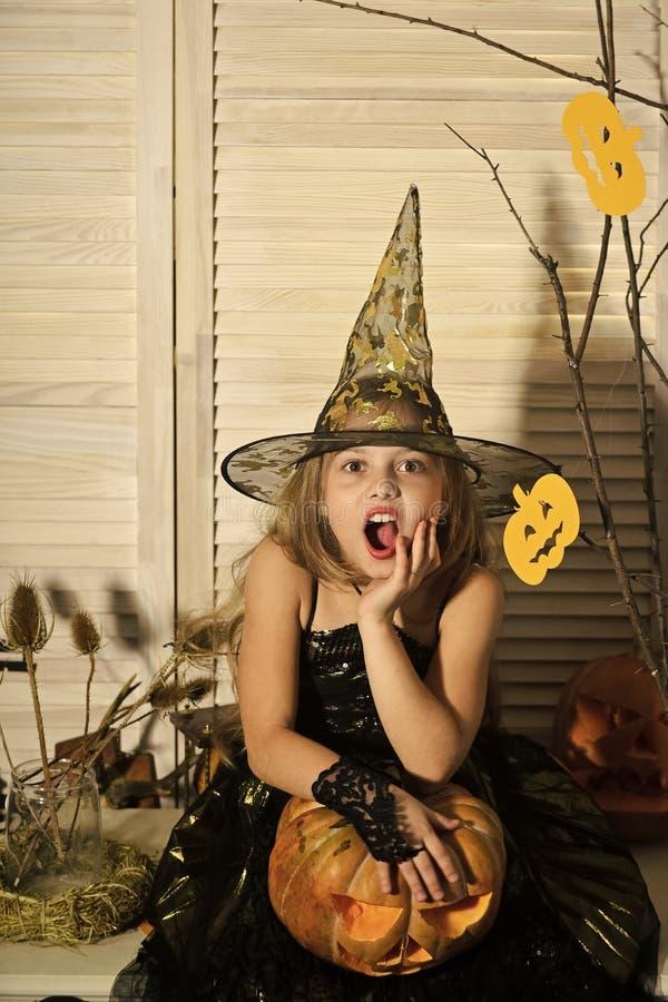 Petite sorcière avec la grande lanterne du cric o photos stock