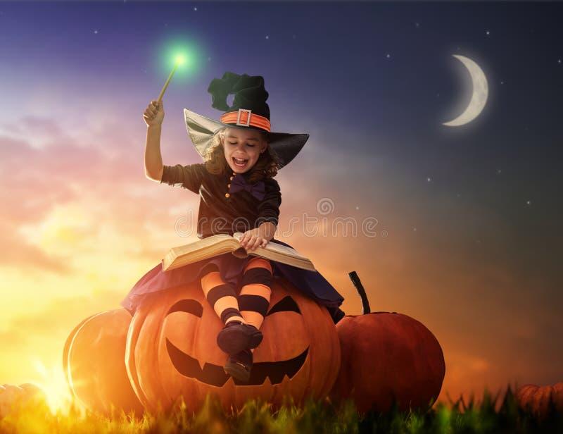 Petite sorcière dehors photographie stock