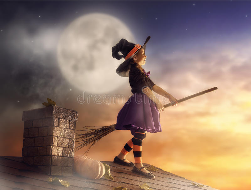 Petite sorcière dehors photos stock