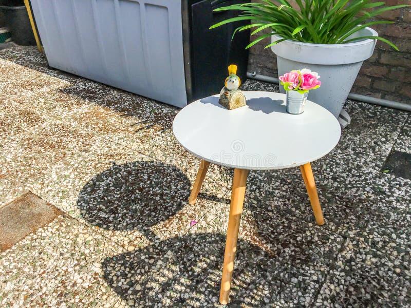 Petite Table En Bois Blanche Ronde Avec Des Décorations Dans ...