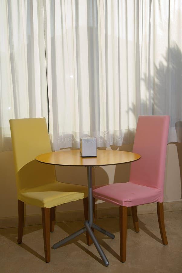 Petite table dans un café photo libre de droits