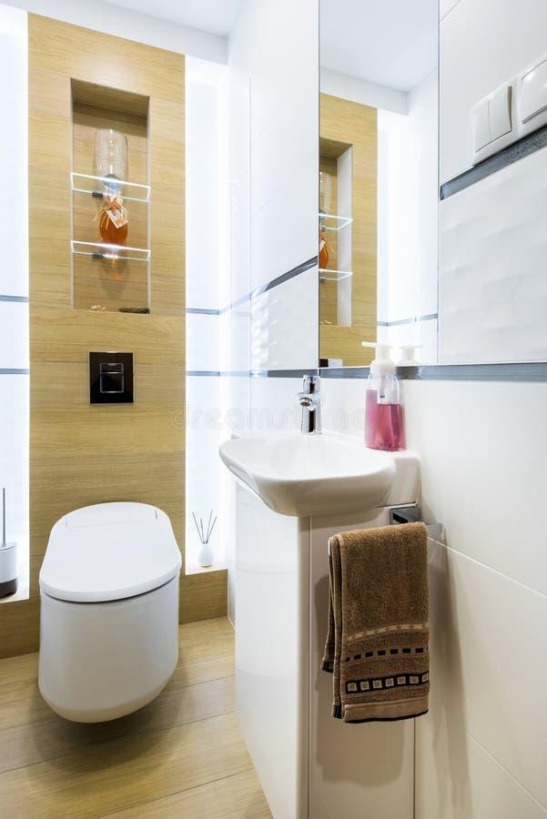 Petite toilette moderne photographie stock libre de droits