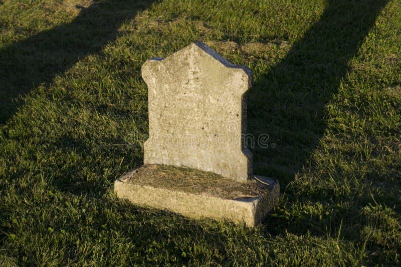 Petite tombe oubliée au coucher du soleil image libre de droits