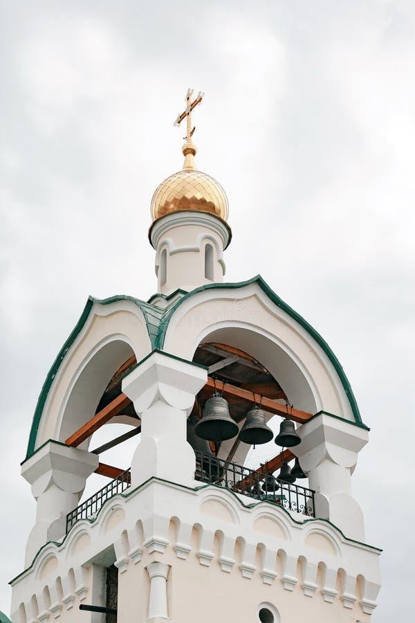 Petite tour de cloche avec une cloche d'une église orthodoxe de pays photo stock