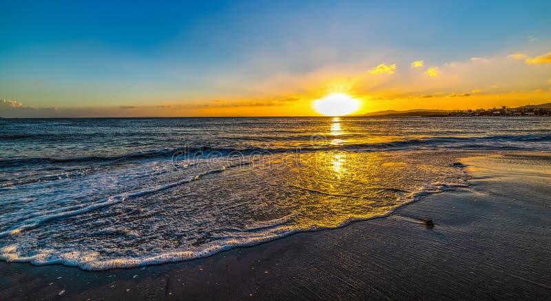 Petite vague sur les lais dans Alghero au coucher du soleil photo stock