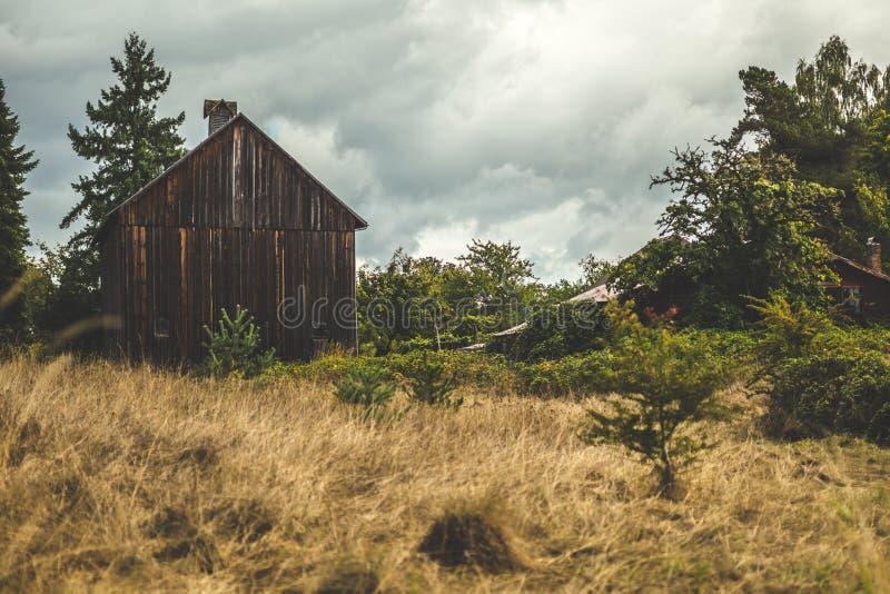 Petite, vieille, brune grange dans la campagne images libres de droits
