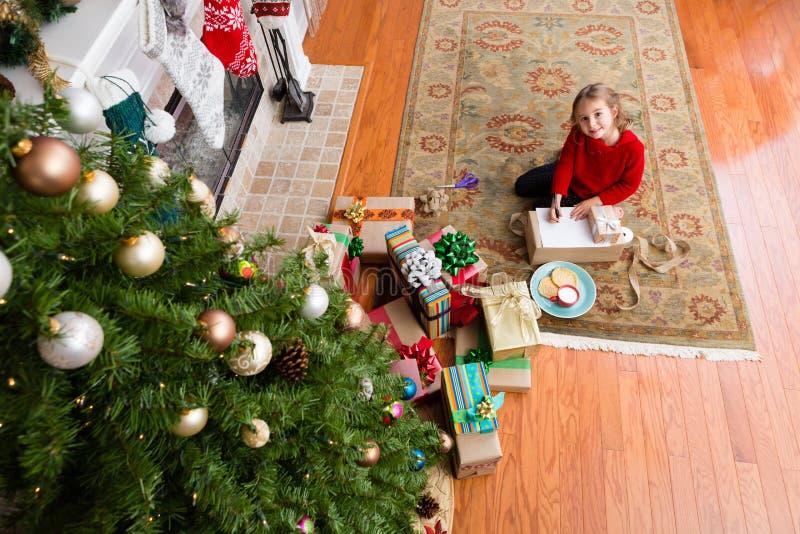 Petite vieille fille de cinq ans mignonne écrivant à Santa photos libres de droits