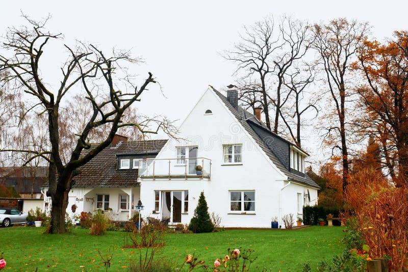 Petite vieille maison grise mignonne de type d'artisan avec la frontière de sécurité blanche images libres de droits