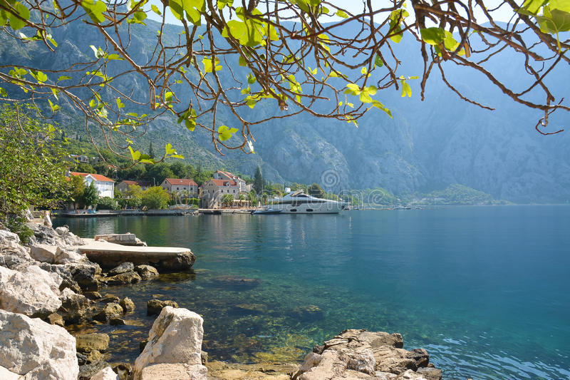 Petite ville antique Strp dans la baie de Kotor image libre de droits