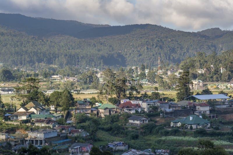 Petite ville située parmi des montagnes photographie stock libre de droits
