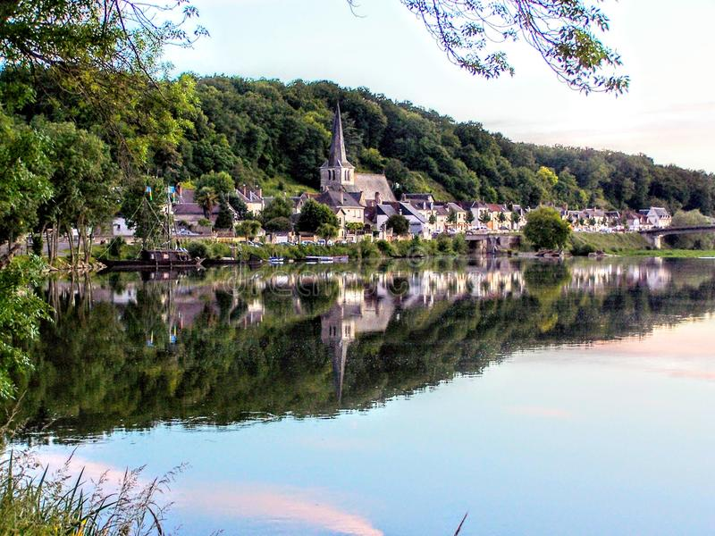 Petite ville sur la Loire avec de vieilles maisons, bateaux et l'église dans les Frances images stock