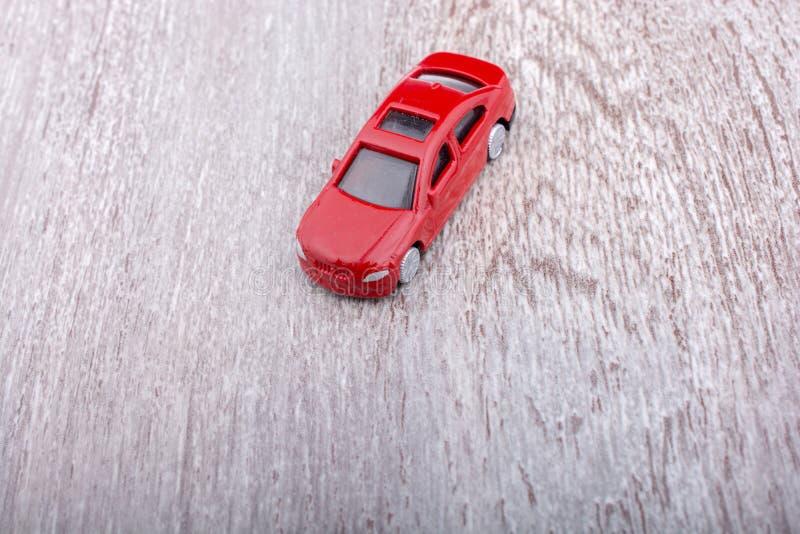Download Petite Voiture Colorée De Jouet Sur Le Fond Gris Photo stock - Image du automobile, transport: 87704534