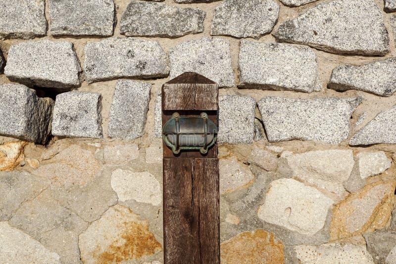 Petite vue piétonnière en bois de poteau de lampe le long de la promenade en bois photos libres de droits