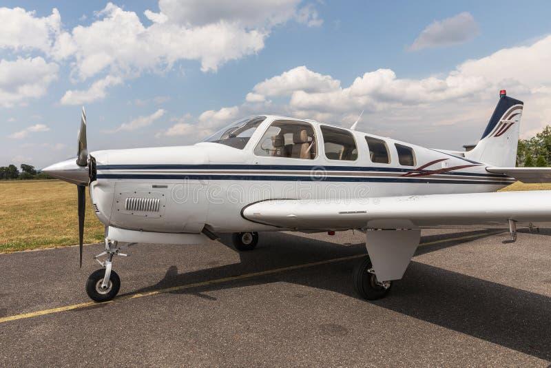 Petites affaires modernes ou avion personnel pour le transport rapide photo stock