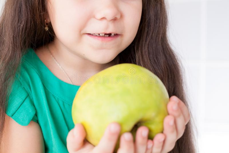Petites belles dents Apple d'art dentaire de fille peu photos stock