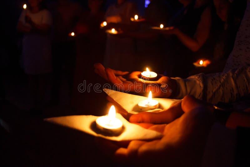 Petites bougies sur les paumes photographie stock libre de droits