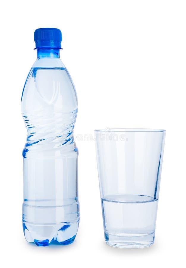 Petites bouteille et glace bleues avec de l'eau d'isolement photographie stock libre de droits