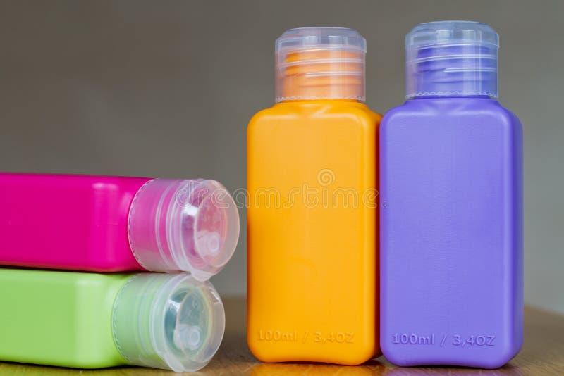 Petites bouteilles en plastique colorées pour le déplacement images libres de droits