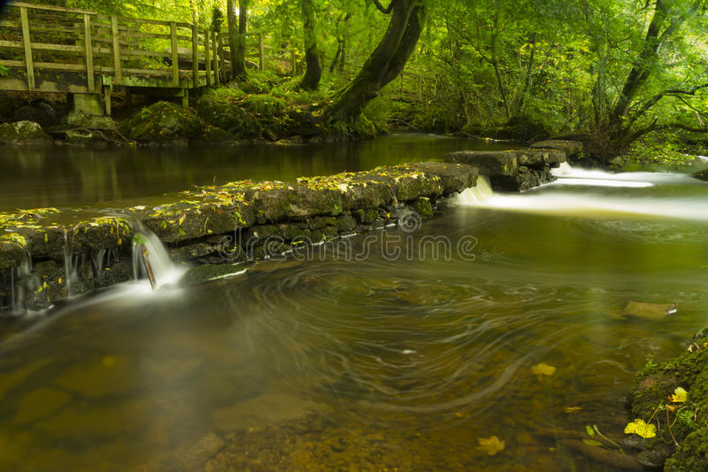 Petites cascades, la réserve naturelle de Dingle Llangefni. Longue expo photo stock