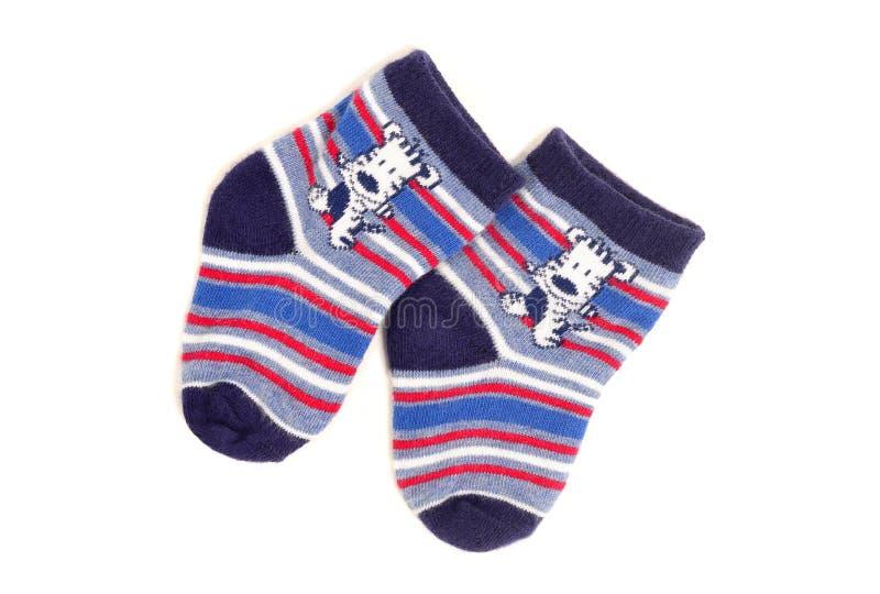 Petites chaussettes mignonnes de bébé garçon d'isolement sur le blanc photo libre de droits