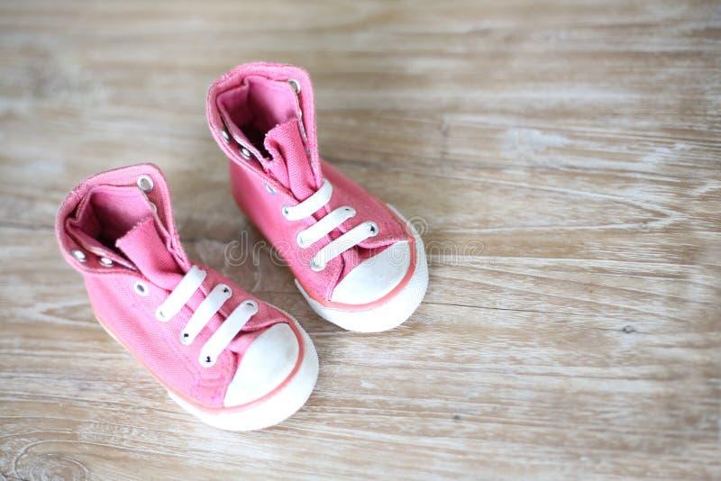Petites chaussures roses pour le bébé image libre de droits