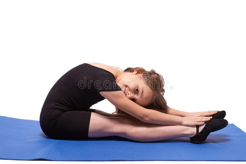 Petites classes de yoga de gymnaste Fond blanc photographie stock libre de droits