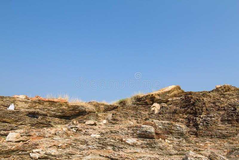 Petites colline et roches contre le ciel bleu clair au parc national de Khao Laem Ya, province de Rayong, Thaïlande photos libres de droits