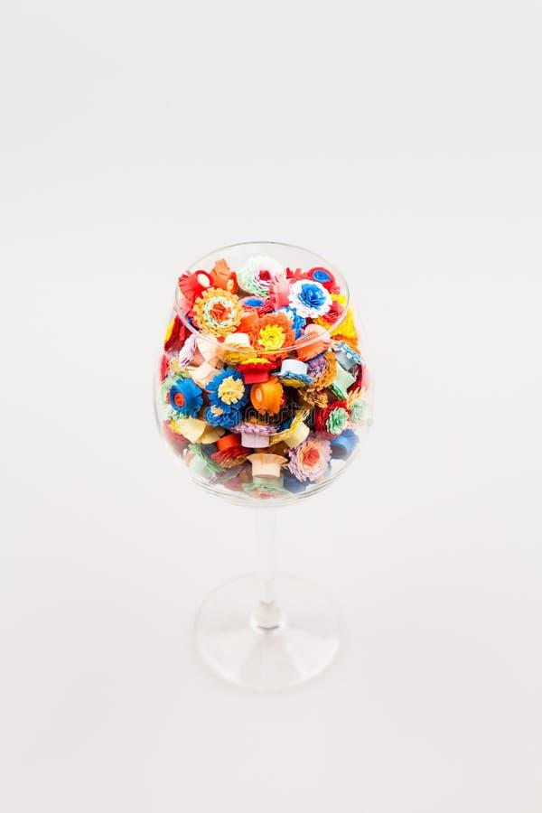 Petites, colorées fleurs de papier faites avec la technique quilling images libres de droits