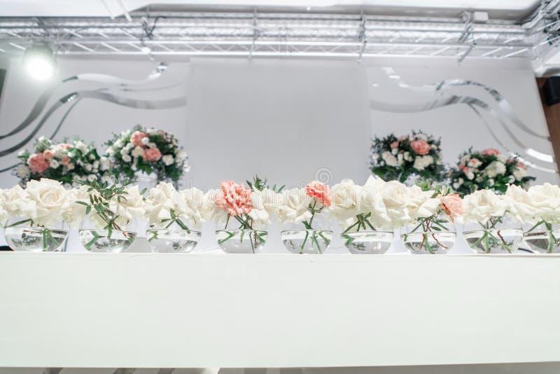 Petites compositions florales dans des vases en verre ? boule La table des nouveaux mari?s Int?rieur de restaurant pour le d?ner  photographie stock