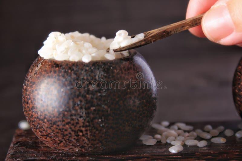 Petites cuvettes en bois avec du riz blanc images stock