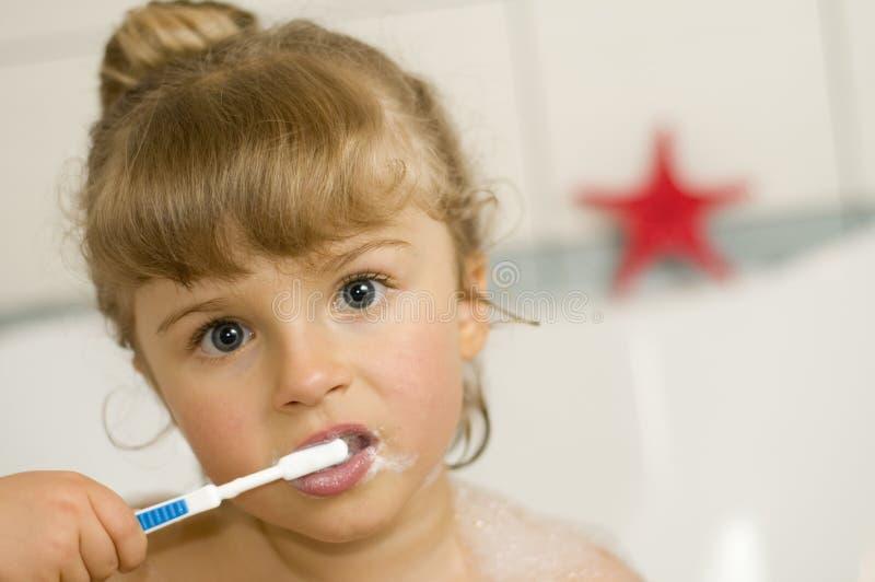 petites dents de brossage de fille photos stock