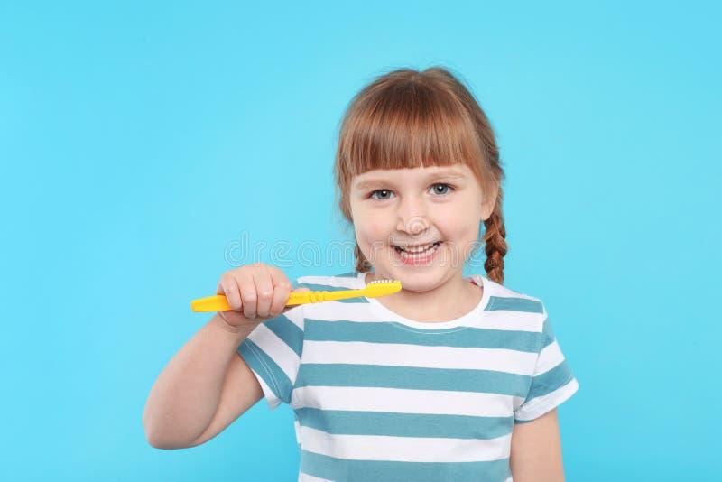 petites dents de brossage de fille image libre de droits