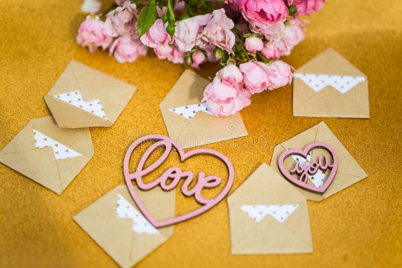 Petites enveloppes avec le coeur et les fleurs, lettres d'amour images libres de droits