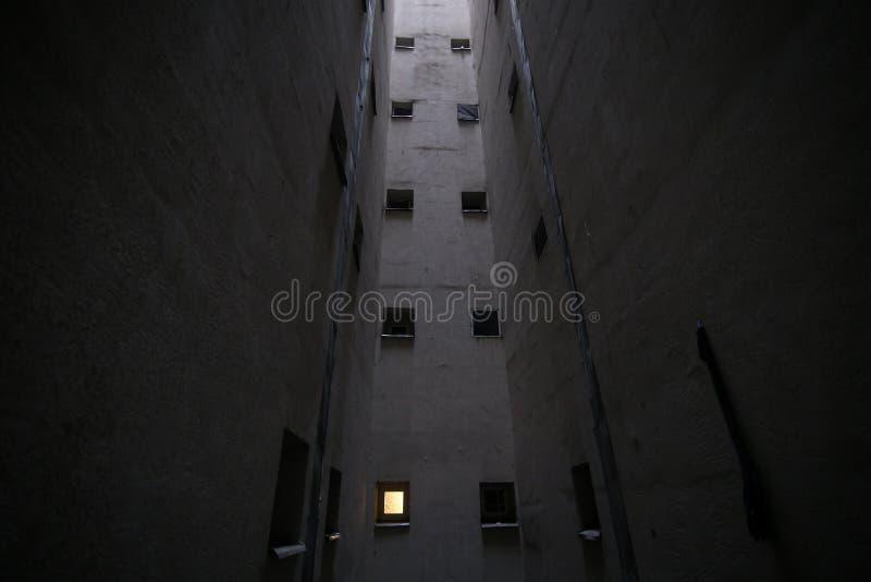 Petites fenêtres de salle de bains dans un puits d'évent à l'intérieur d'un immeuble communiste grand d'ère image stock