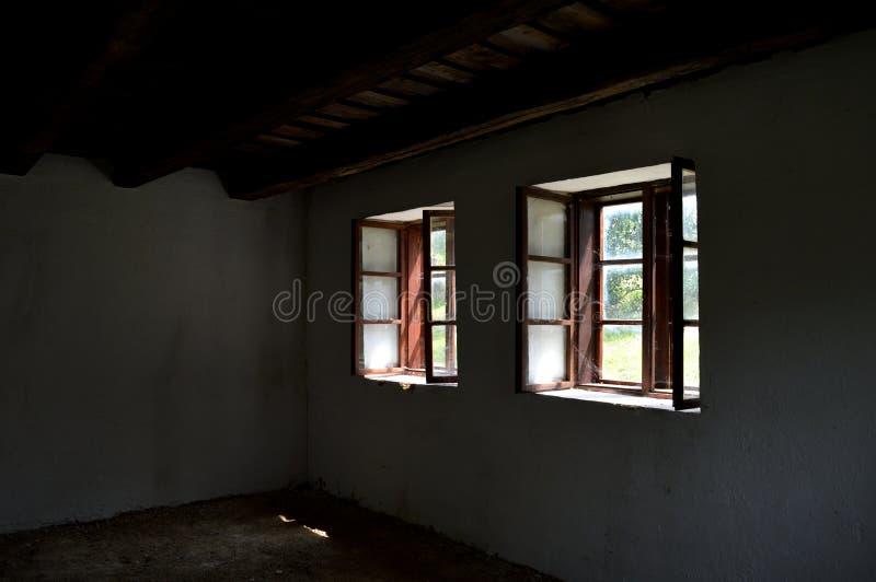 petites fenêtres en bois dans la vieille maison photo stock