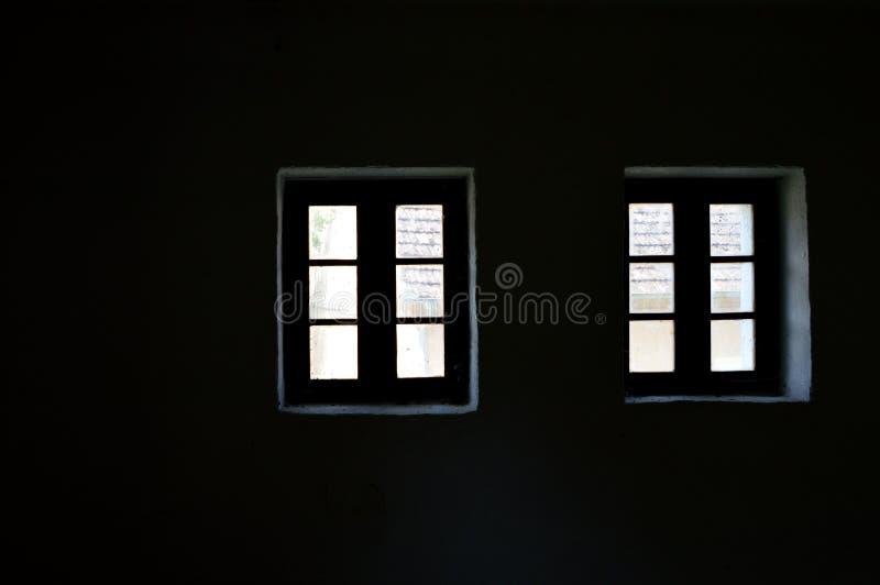 Petites fenêtres en bois dans la vieille maison images stock