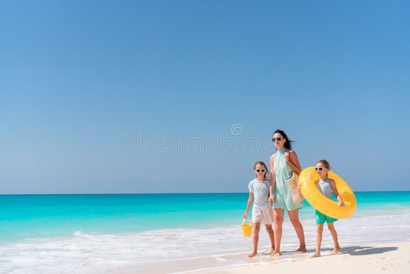 Petites filles adorables et jeune mère sur la plage blanche photos libres de droits