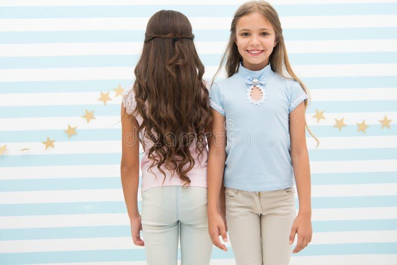 Petites filles avec de longs cheveux bouclés Cheveu sain Baume et masque de conditionneur de shampooing Dénommer de bordage beaux image libre de droits