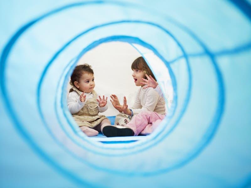 Petites filles chantant dans le jardin d'enfants photos libres de droits