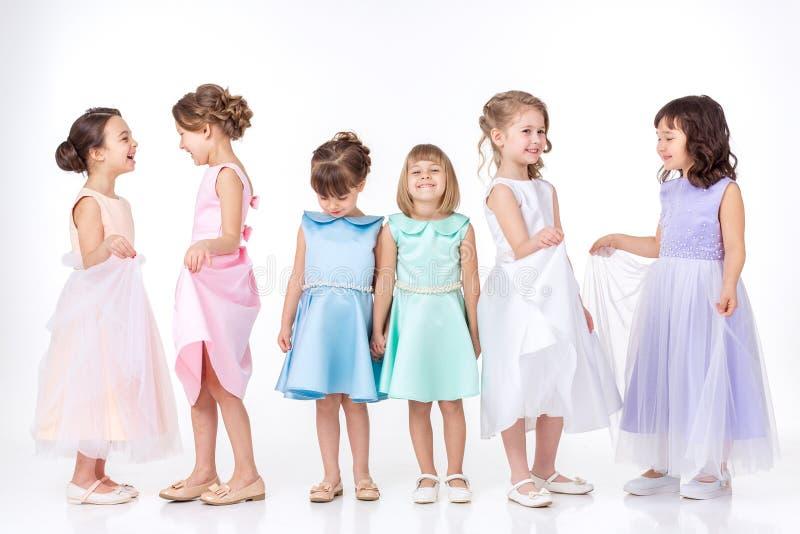 Petites filles dans des robes des princesses photo libre de droits
